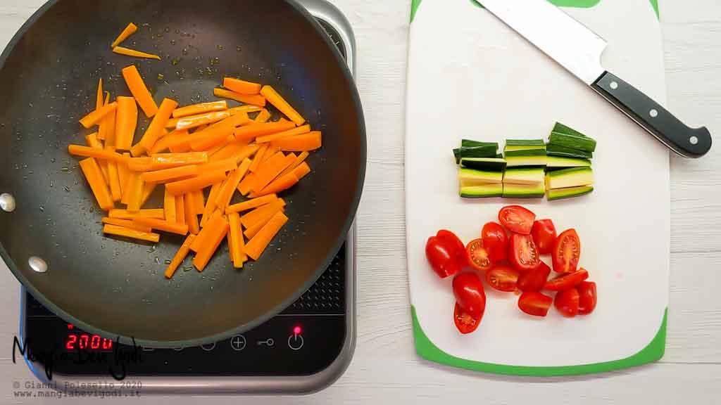 Tagliare pomodorini e zucchine