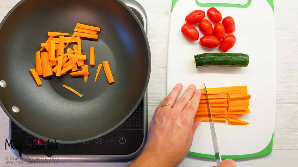 Tagliare e cuocere le carote
