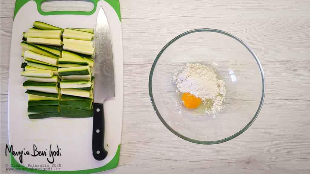 Tagliare le zucchine e preparare la pastella