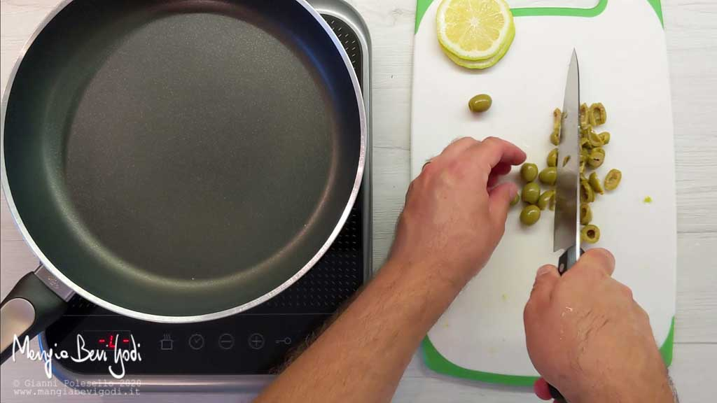 Tritare le olive con il coltello