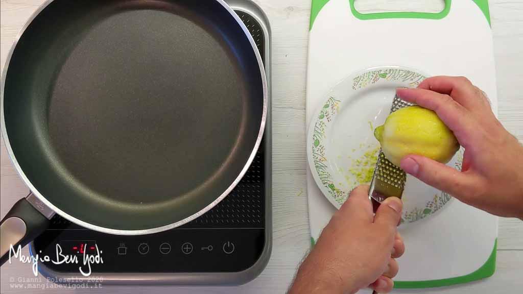 Grattugiare la buccia di limone
