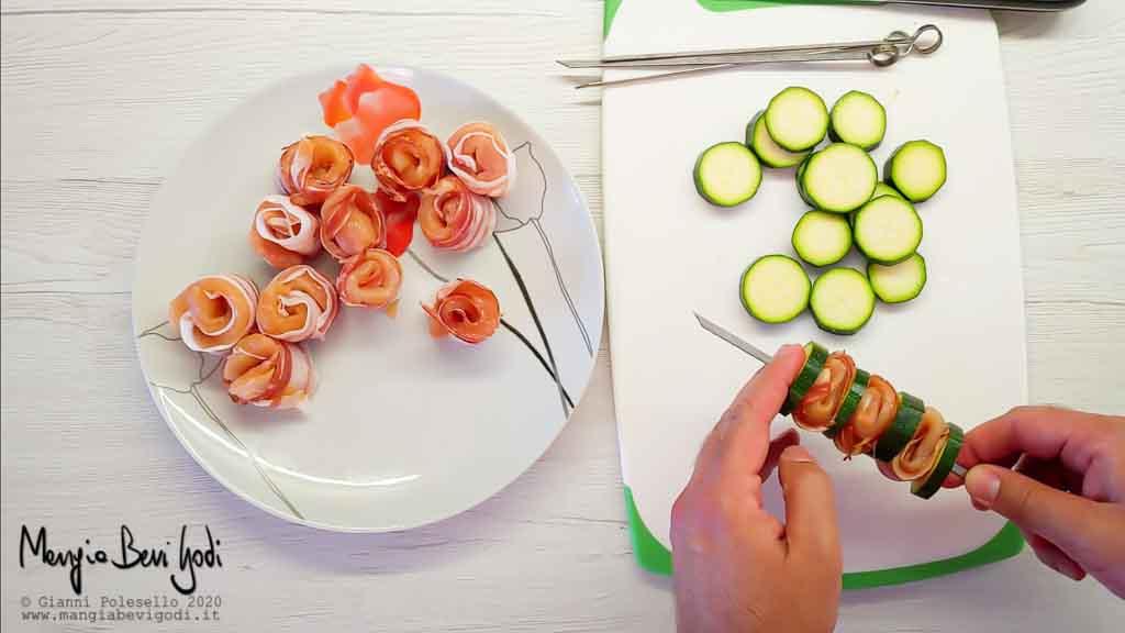 Preparazione spiedini di petto di pollo zucchine e pancetta