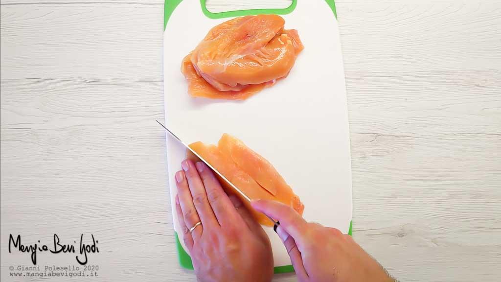 Tagliare il petto di pollo a striscioline