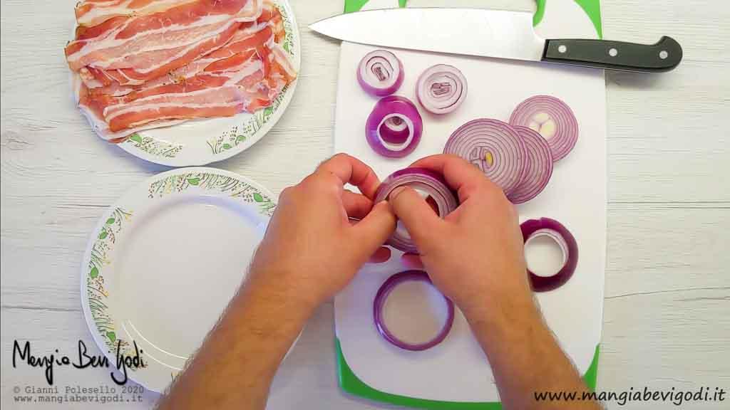 Separare gli anelli di cipolla a due a due