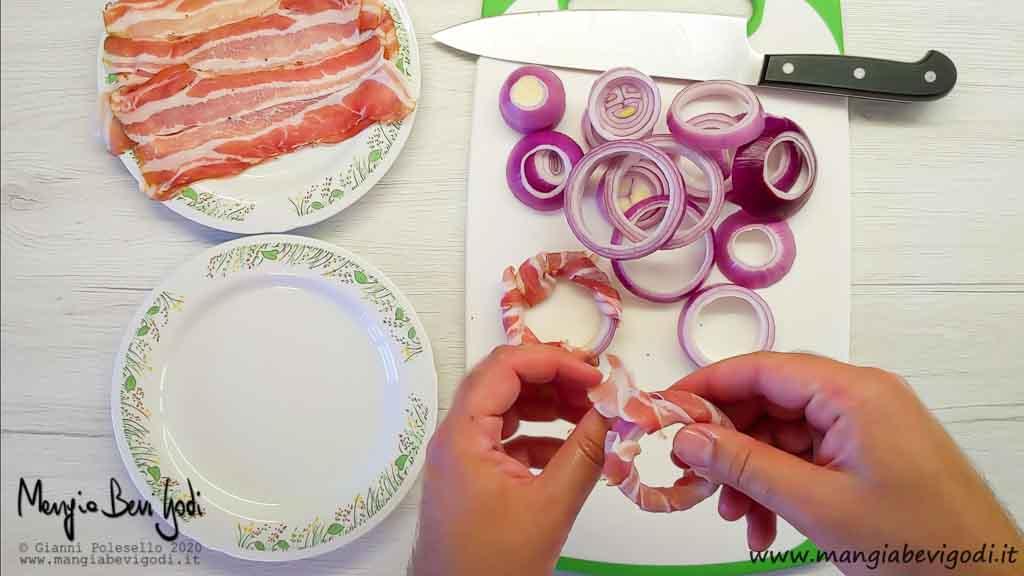Avvolgere gli anelli di cipolla con la pancetta