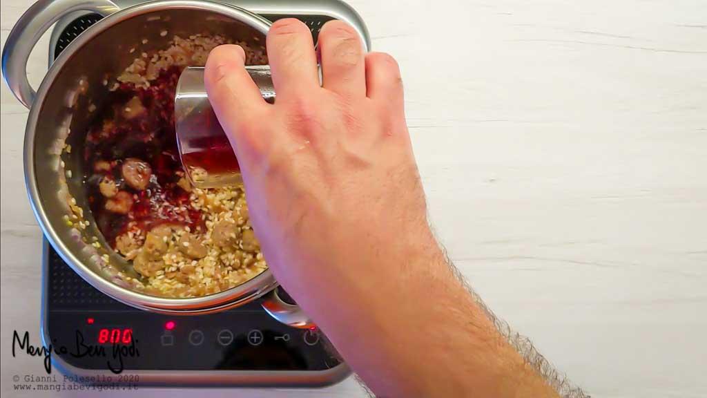 Aggiungere il vino rosso al risotto