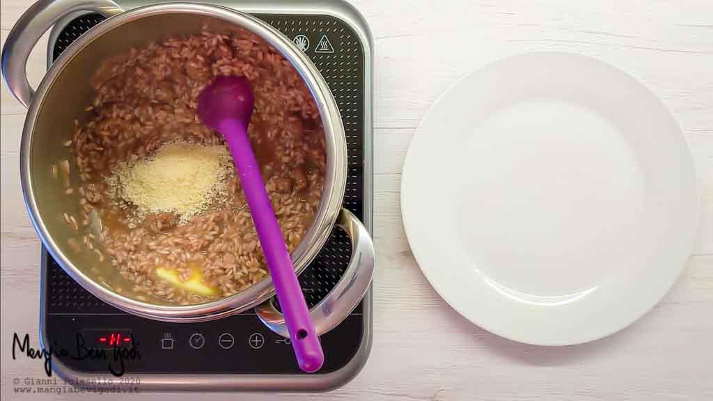 Mantecare il risotto con burro e parmigiano