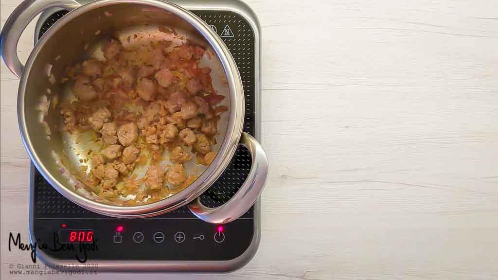 Stufare la cipolla e la salsiccia nella pentola a pressione