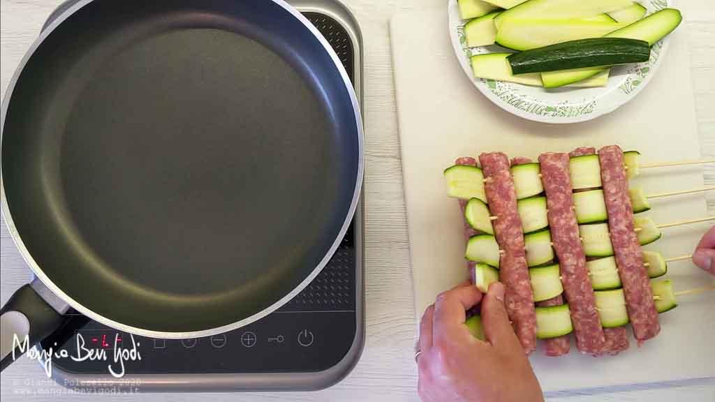 Preparazione spiedini di salsiccia e zucchine