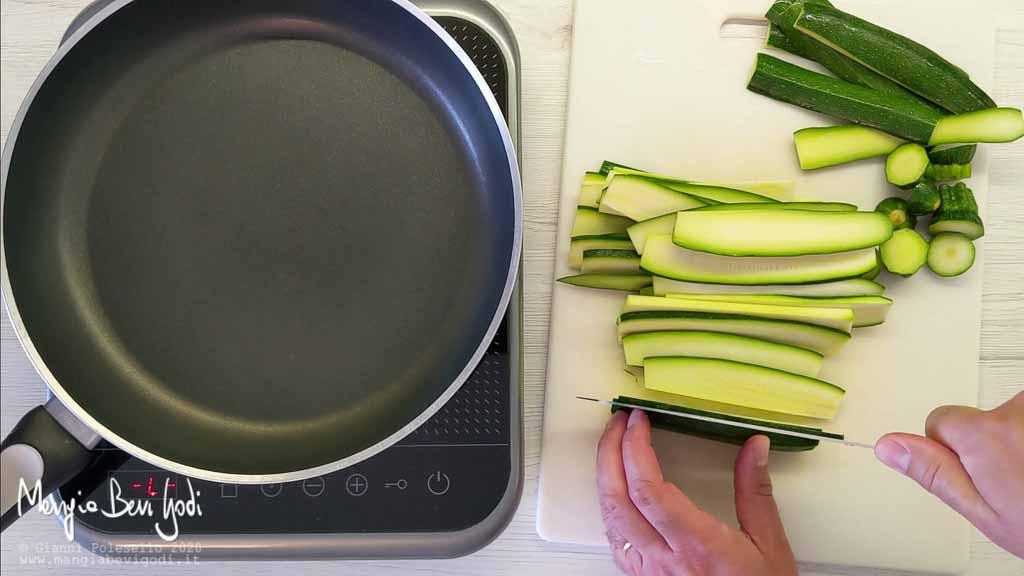 Tagliare le zucchine a fettine sottili