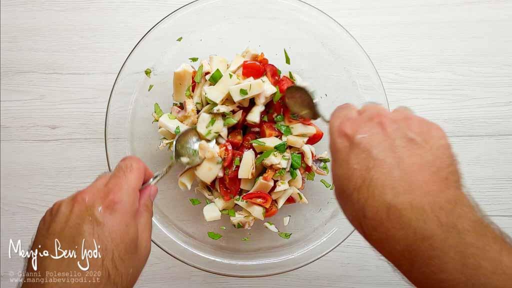 Mescolare l'insalata di seppie