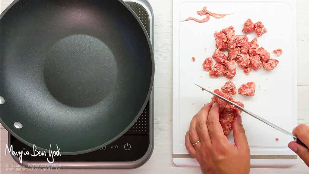 Tagliare a pezzi le salsicce
