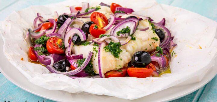 Merluzzo al cartoccio con pomodorini, olive nere e cipolla rossa