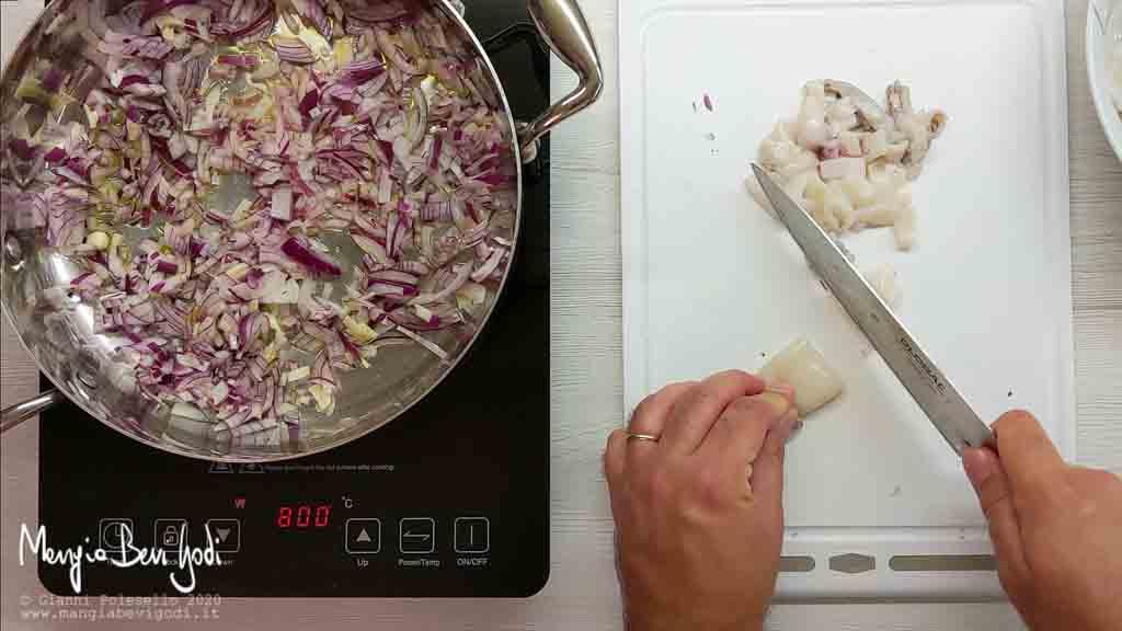 Preparare soffritto di cipolla e aglio e tagliare i calamari