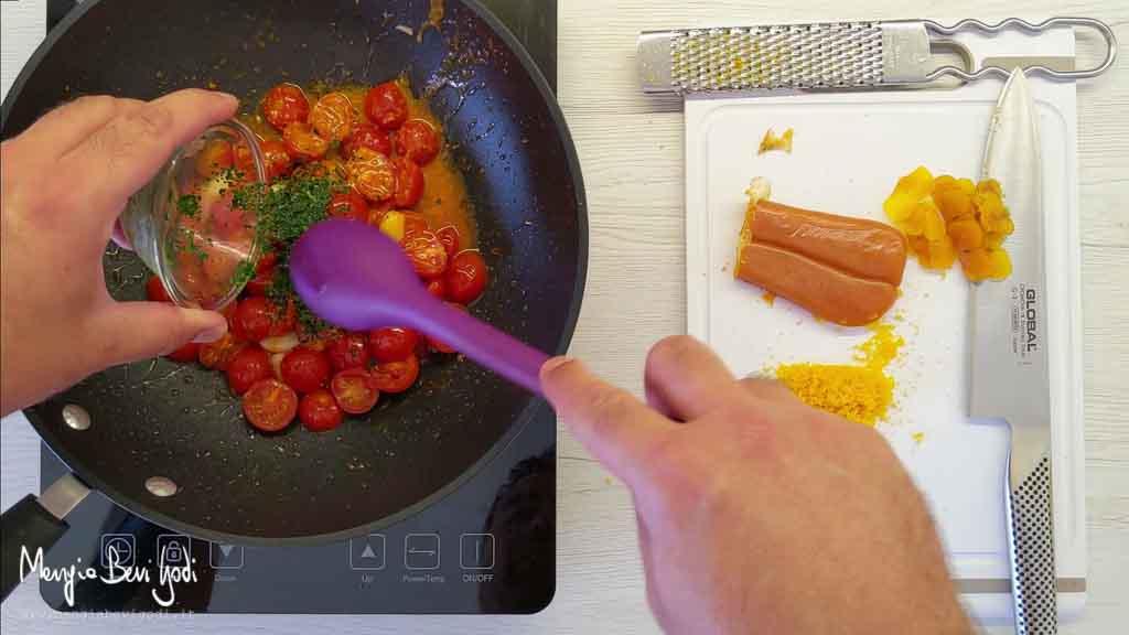 Preparazione sugo di pomodorini e bottarga