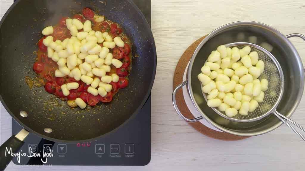 Cottura gnocchi con pomodorini e bottarga