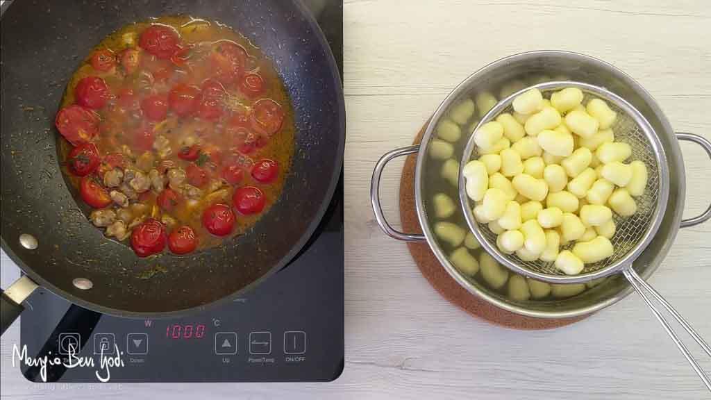 Cottura gnocchi con vongole e pomodorini