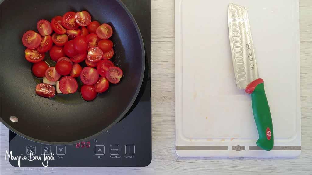 Cottura sugo di pomodorini in padella