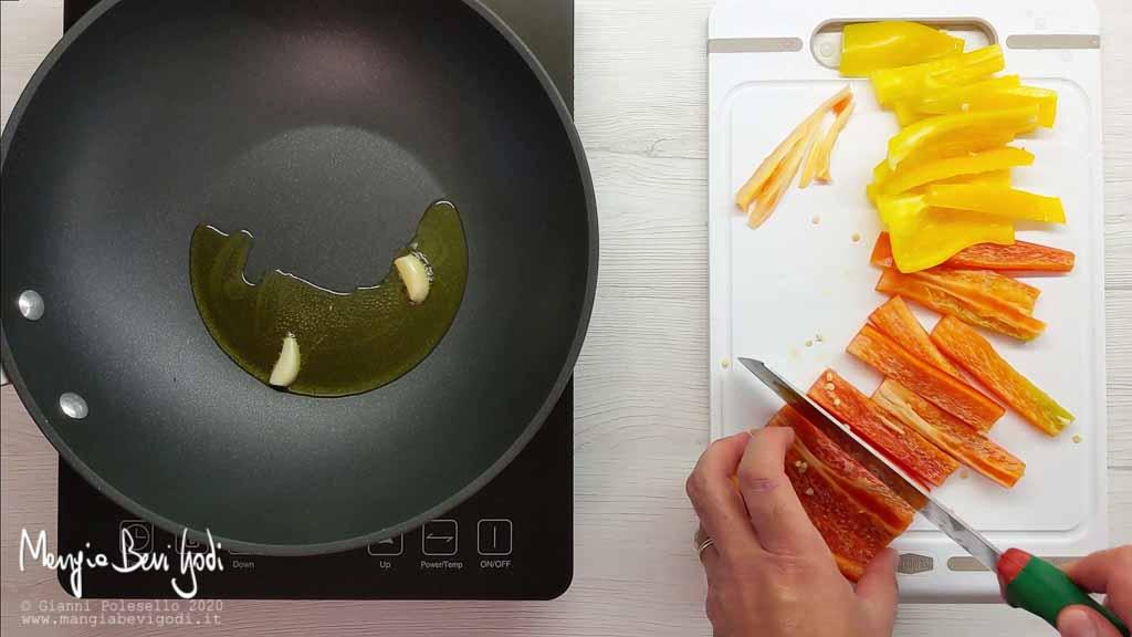 Tagliare i peperoni a listarelle