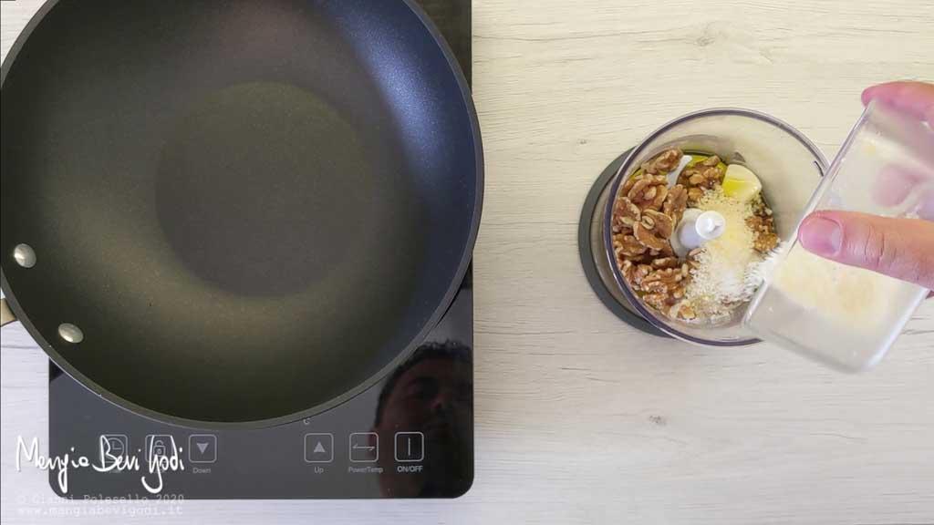 Preparazione pesto di noci