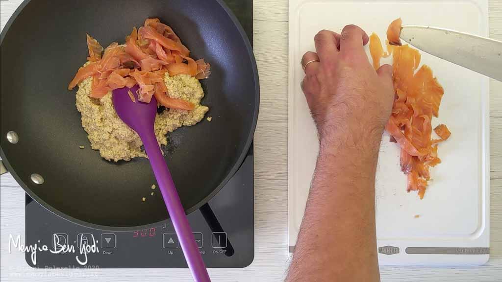 Preparazione sugo con pesto di noci e salmone