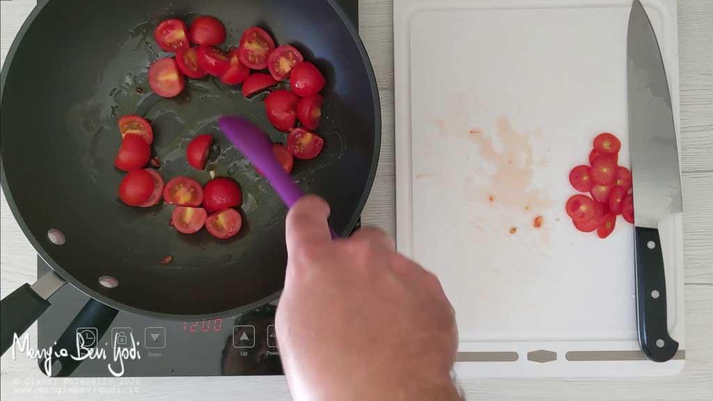 Cottura sugo di pomodorini