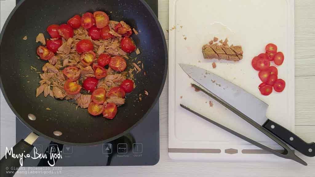Preparazione sugo di tonno e pomodorini in padella