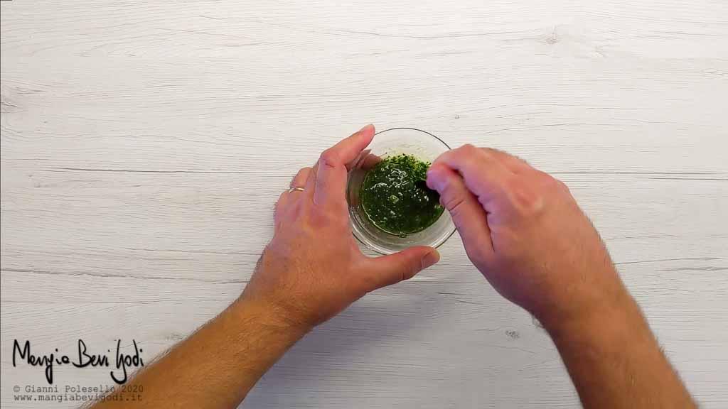 Preparazione emulsione di olio, aglio e prezzemolo