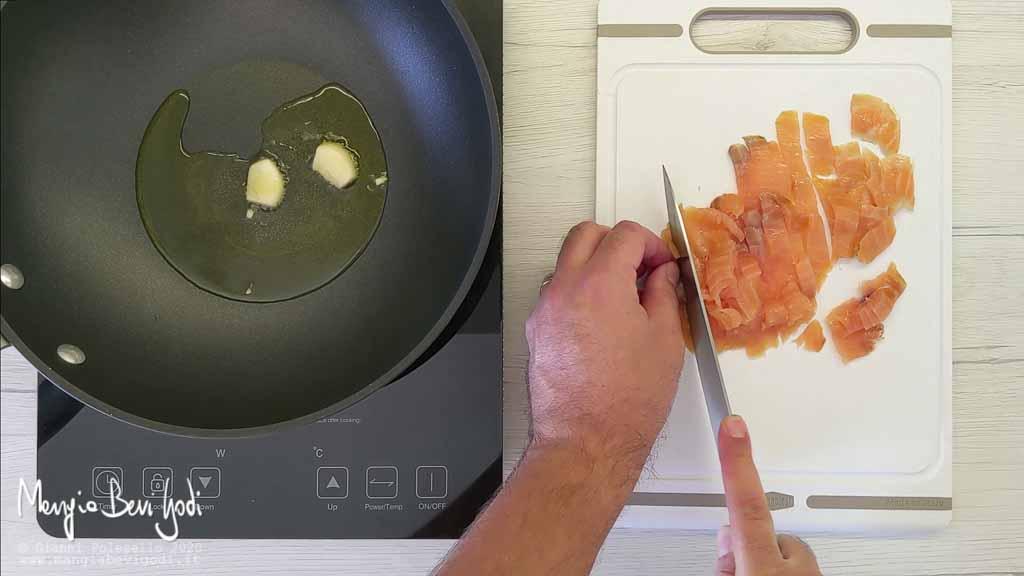Tagliare il salmone affumicato a striscioline