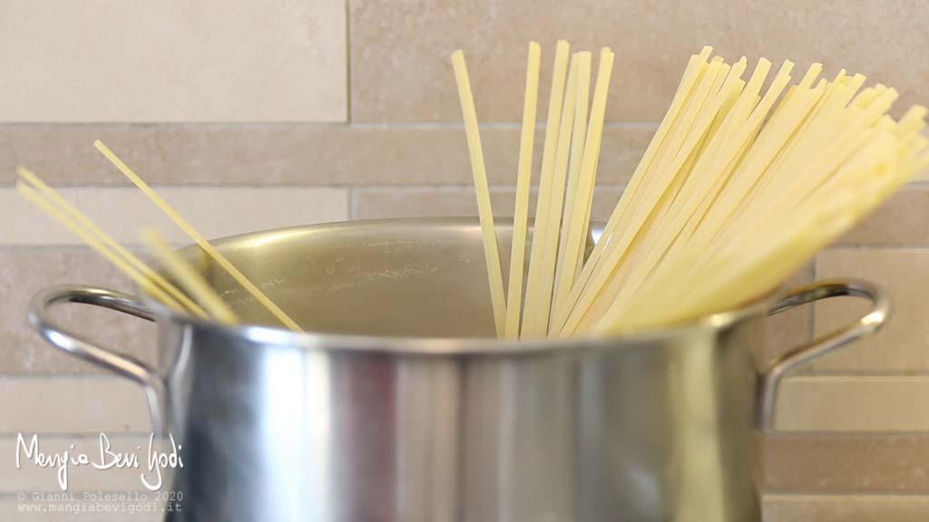 Cottura linguine in pentola d'acqua bollente