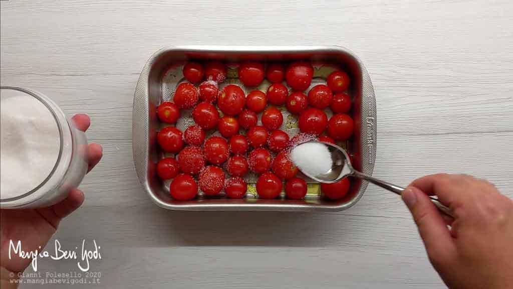 Preparazione pomodorini al forno in agrodolce