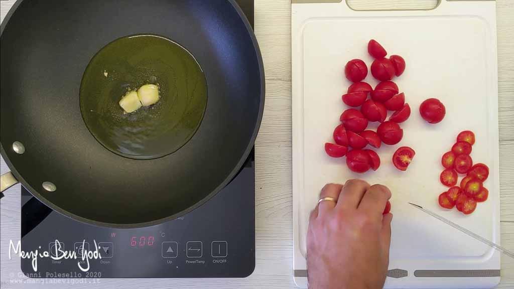 Preparazione sugo con salmone affumicato e pomodorini