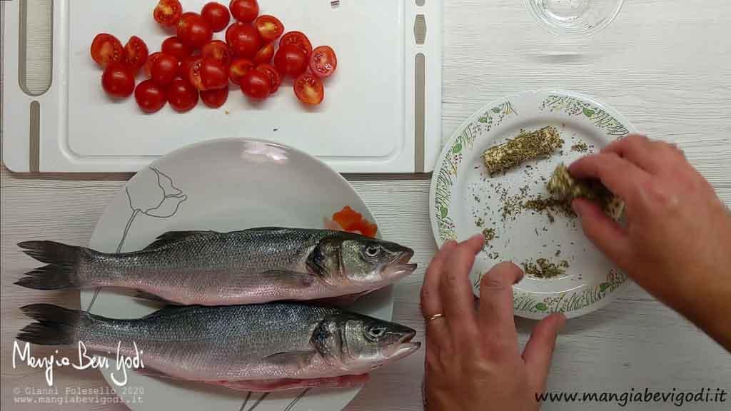 Aromi per spigola al forno con patate e pomodorini