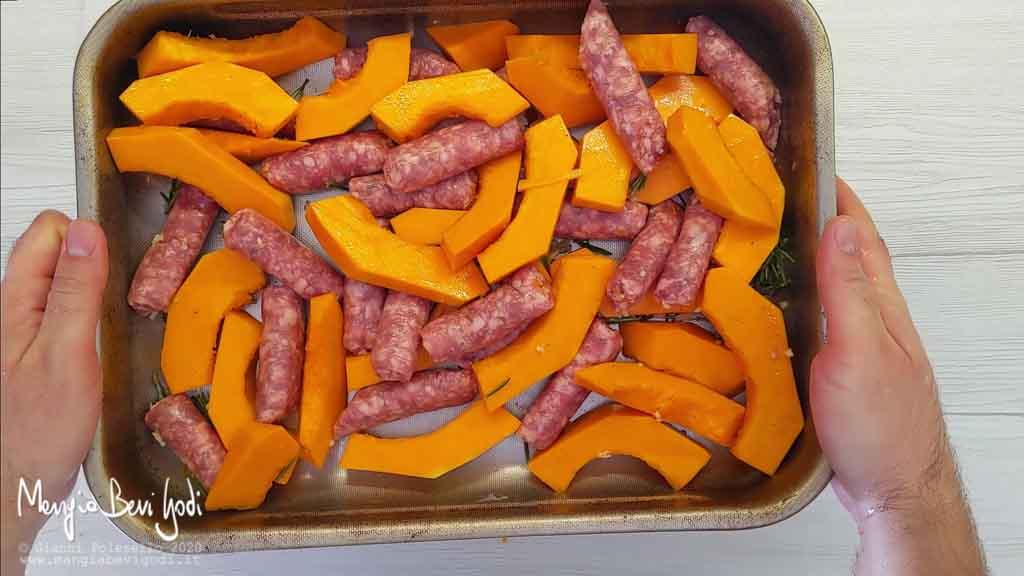 Cottura zucca e salsiccia al forno
