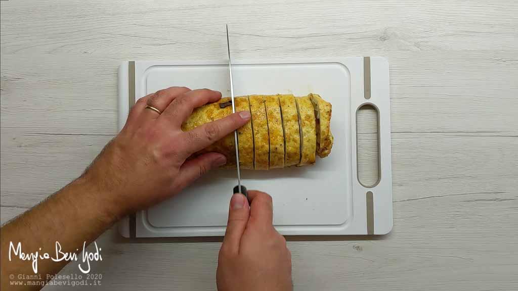 Tagliare a fette la frittata arrotolata