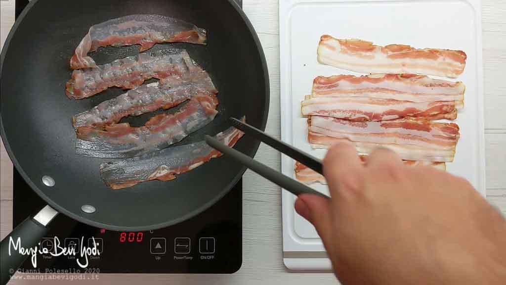 Rosolare bacon in padella