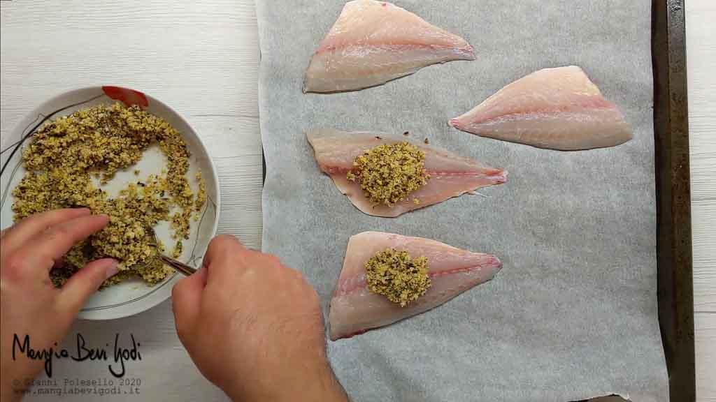 Preparazione teglia da forno con filetti di orata in crosta di pistacchi