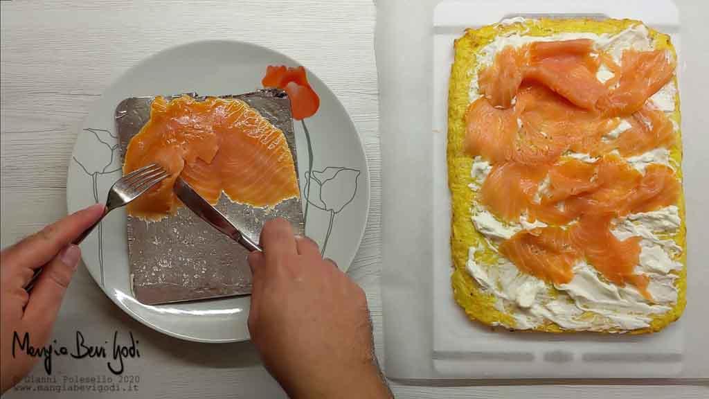 Farcire il rotolo di patate con il salmone e con il formaggio spalmabile