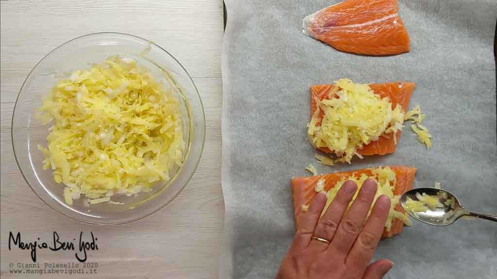 Preparazione salmone in crosta di patate e cipolla