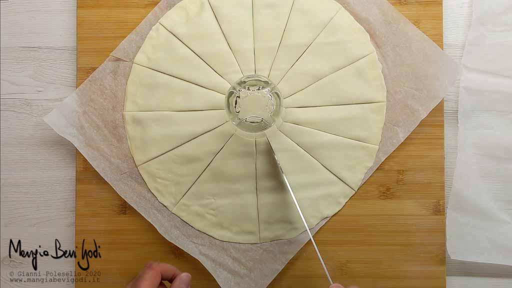 Posizionare il bicchiere al centro della pasta sfoglia