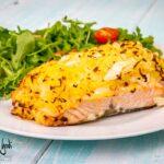 Salmone in crosta di patate e cipolla