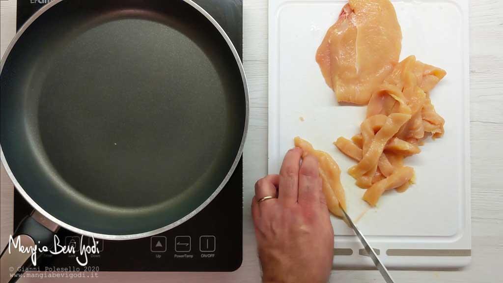 Tagliare il pollo a striscioline