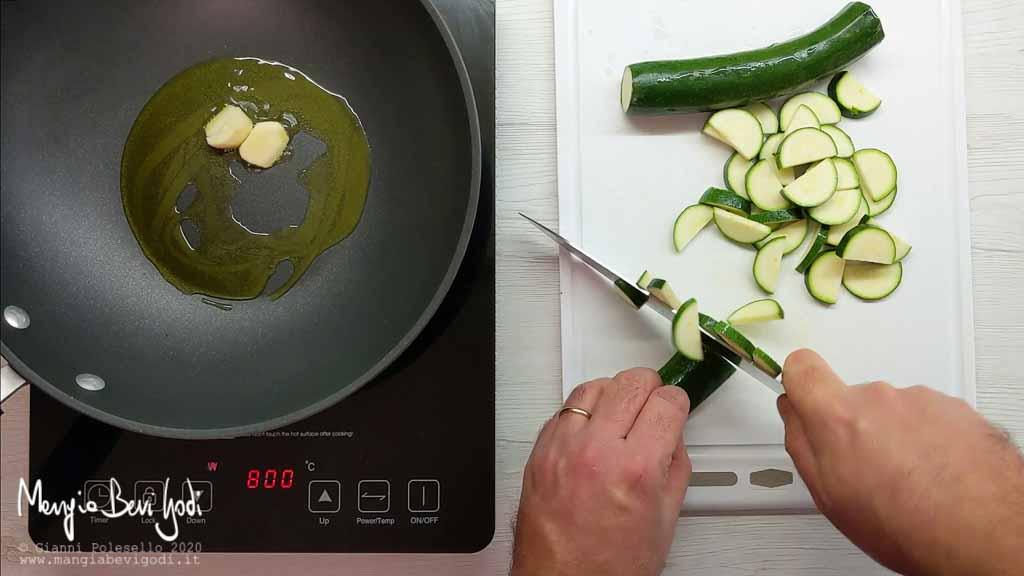 Soffriggere aglio e tagliare zucchine
