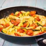 Straccetti di pollo ai pomodorini e zucchine