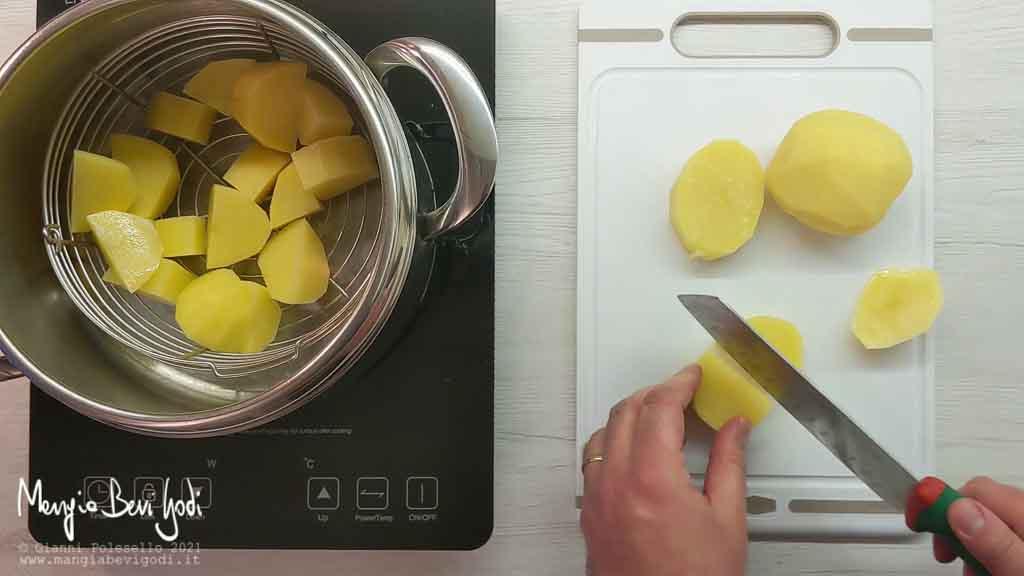 Tagliare a pezzi e lessare le patate