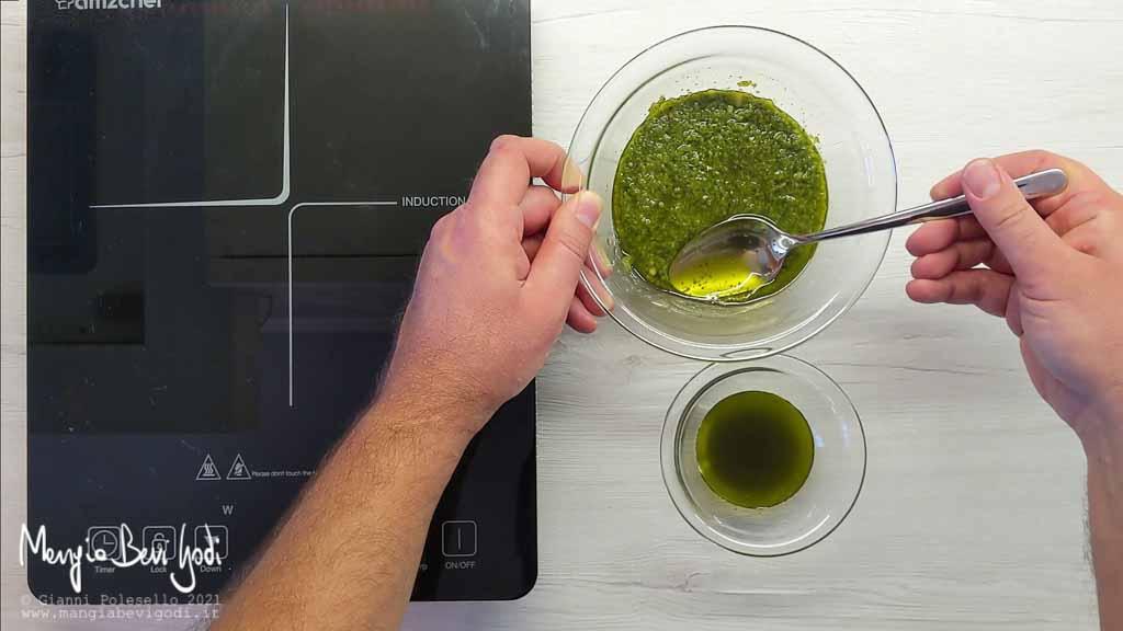 Rimuovere l'olio dal pesto alla genovese