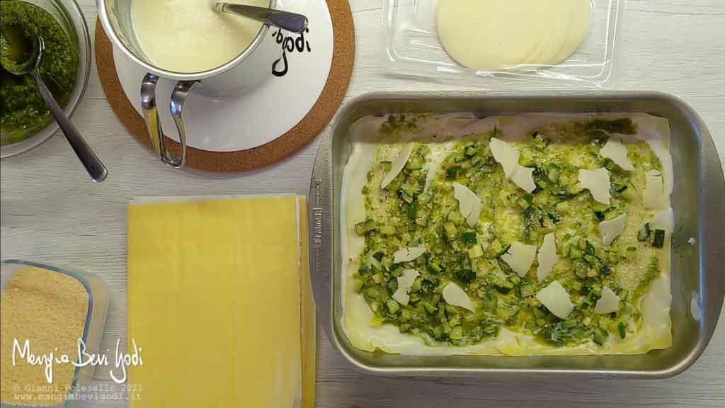 Preparazione lasagne al pesto e zucchine