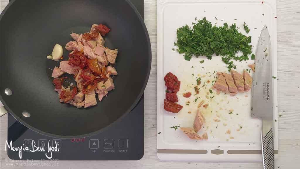 Preparazione sugo di tonno e pomodori secchi