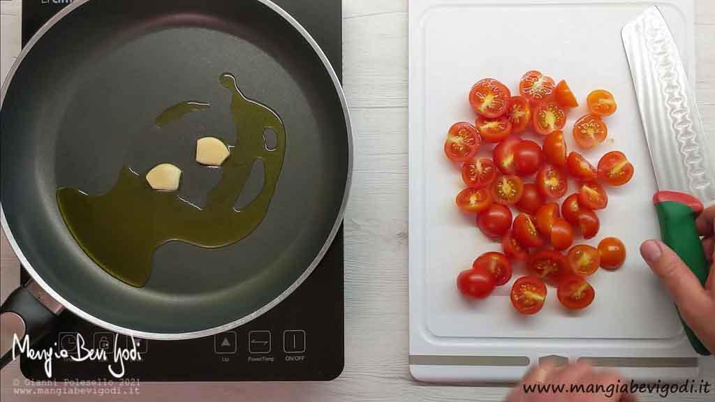 Soffriggere aglio e tagliare pomodorini