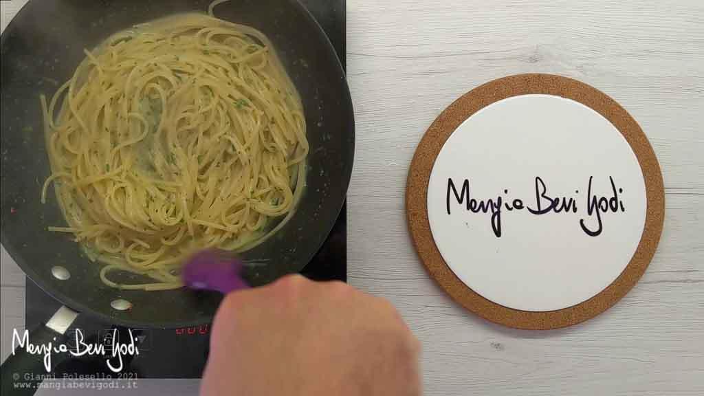 Trasferire gli spaghetti nella padella